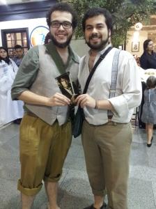 Eu e meu irmão com as fantasias de Hobbit na pré estréia