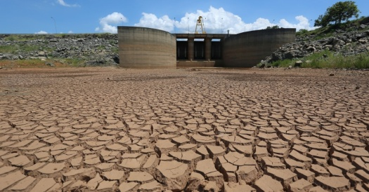 31jan2014---solo-seco-e-rachado-e-visto-da-represa-jaguari-que-integra-o-sistema-da-cantareira-principal-provedor-de-agua-de-sao-paulo-nesta-sexta-feira-31-1391206750602_956x500