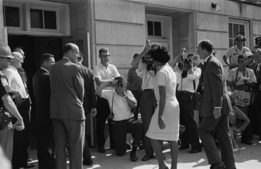 Incluindo aqueles que tradicionalmente eram vetados nas universidades. Acima, Vivian Malone Jones, 1a aluna negra na Universidade do Alabama