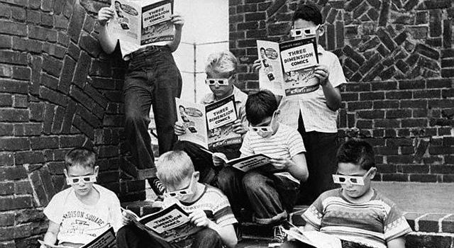 crianças lendo quadrinhos