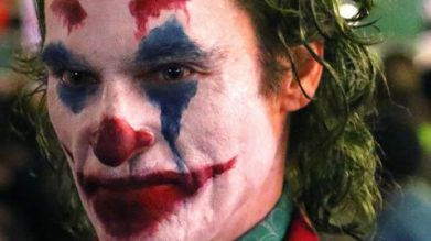 joaquin-phoenix-transforms-into-the-joker-filming-riot-scene-05-1537706237